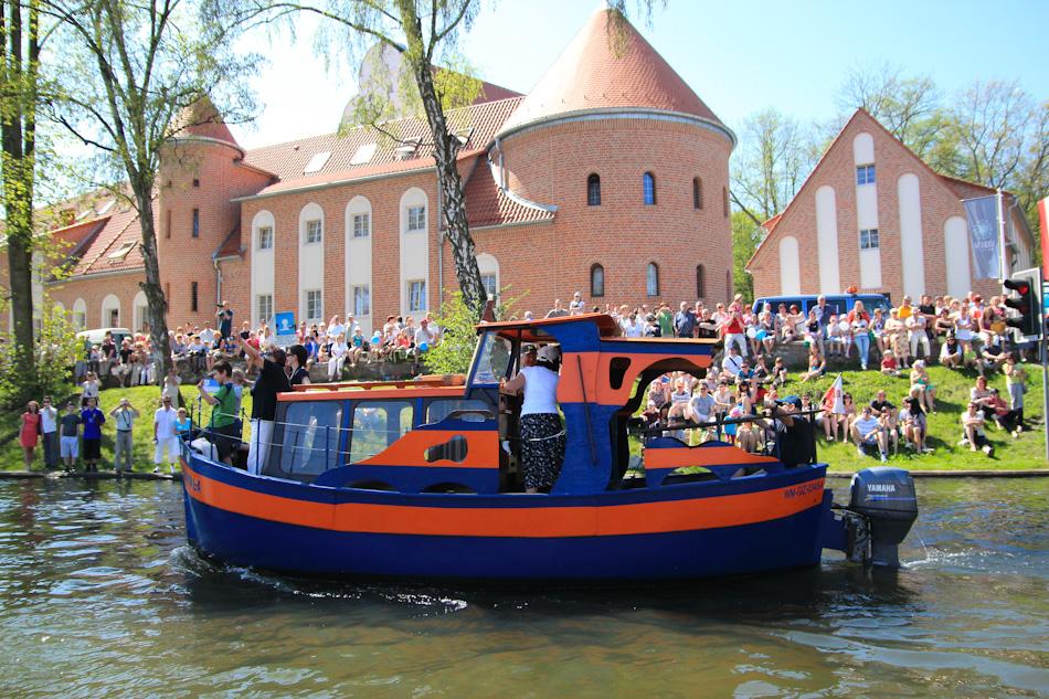 Ciekawe łodzie w trakcie parady