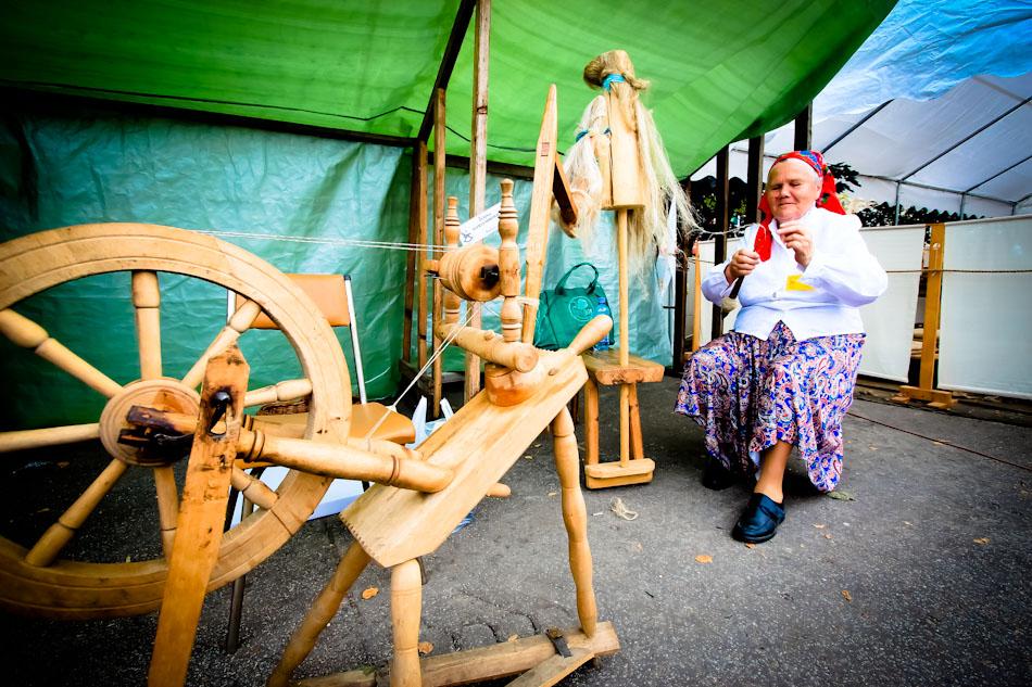 Jarmark w Węgorzewie-Prząśniczka z kołowrotkiem do wytwarzania przędzy z włókien